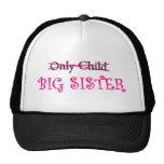 Hermana grande divertida en rosa gorra