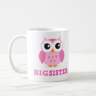 Hermana grande femenina del búho rosado lindo del taza