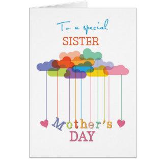 Hermana, nubes lindas y corazón del arco iris del tarjeta de felicitación