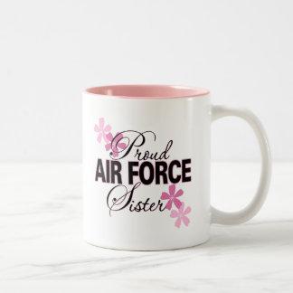 Hermana orgullosa de la fuerza aérea taza de dos tonos