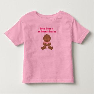 Hermana orgullosa de un chica etíope de la camisas