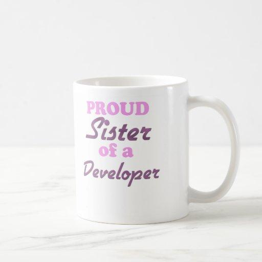 Hermana orgullosa de un desarrollador taza básica blanca