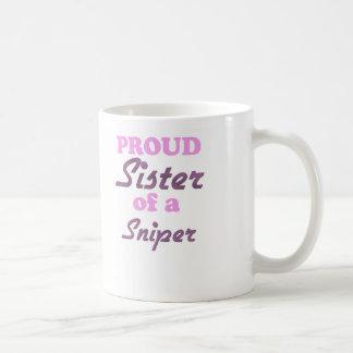Hermana orgullosa de un francotirador taza básica blanca