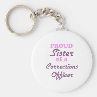 Hermana orgullosa de un oficial de correcciones llavero