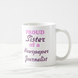 Hermana orgullosa de un periodista del periódico taza básica blanca