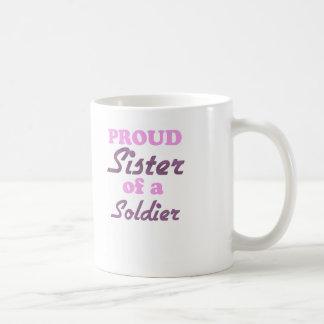 Hermana orgullosa de un soldado taza