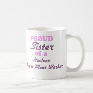 Hermana orgullosa de un trabajador de la central taza básica blanca