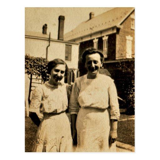 Hermanas en casa, circa 1900 tarjeta postal