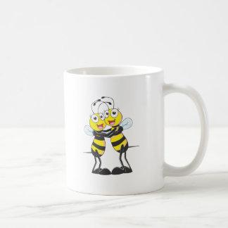 Hermanas felices de la abeja taza de café