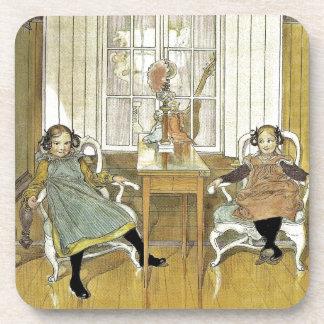Hermanas que se sientan en sillas posavaso