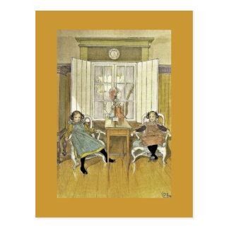 Hermanas que se sientan en sillas tarjeta postal