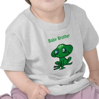 hermano del bebé de la rana camisetas