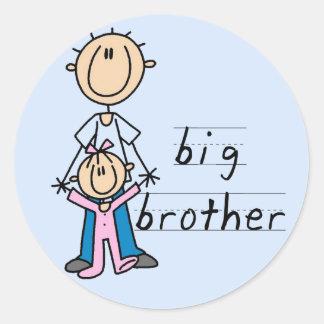 Hermano mayor con las camisetas y los regalos de l pegatina redonda
