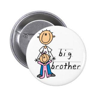Hermano mayor con las camisetas y los regalos de l pin redondo de 2 pulgadas