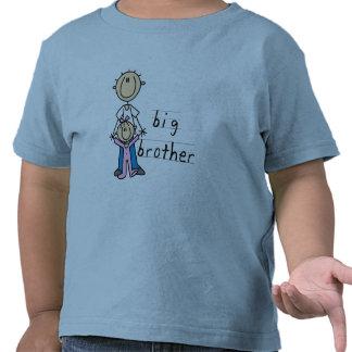 Hermano mayor con las camisetas y los regalos de l