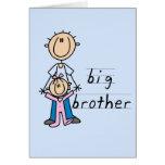 Hermano mayor con las camisetas y los regalos de l tarjetón