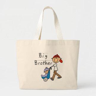 Hermano mayor con las camisetas y los regalos de p bolsas de mano