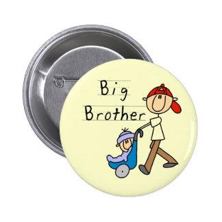 Hermano mayor con las camisetas y los regalos de p pin