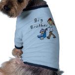 Hermano mayor con las camisetas y los regalos de p camisa de mascota