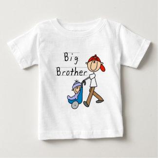 Hermano mayor con las camisetas y los regalos de playeras