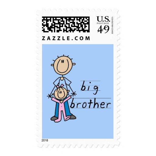 Hermano mayor con las camisetas y los regalos de sellos