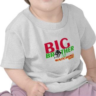 Hermano mayor está mirando camiseta