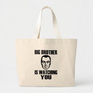 Hermano mayor le está mirando bolsa tela grande