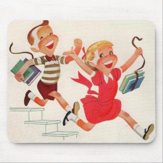 hermano y hermana en su manera a la escuela mousepad