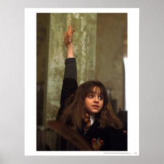 Hermione aumenta su mano póster