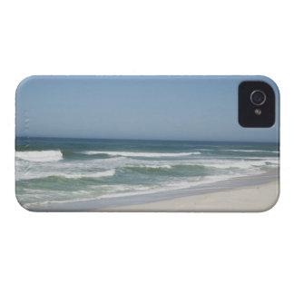 Hermosa vista de la playa contra el cielo claro 2 iPhone 4 Case-Mate cárcasa
