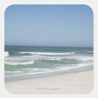 Hermosa vista de la playa contra el cielo claro 2 pegatina cuadrada