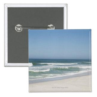 Hermosa vista de la playa contra el cielo claro 2 pin cuadrado