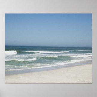 Hermosa vista de la playa contra el cielo claro 2 póster