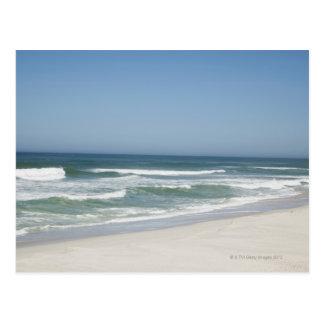 Hermosa vista de la playa contra el cielo claro 2 tarjeta postal