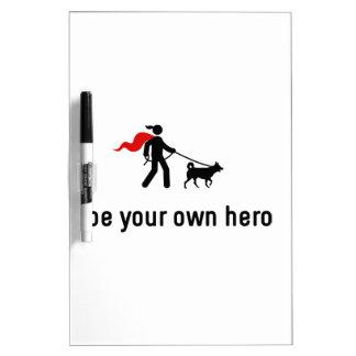 Héroe que camina del perro tableros blancos