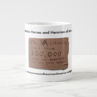 Héroes y heroínas sin hogar de la taza de café de taza grande