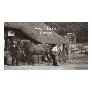 Herrador que calza una tarjeta de visita del