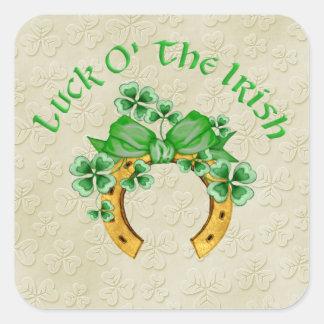 Herradura y tréboles irlandeses afortunados pegatina cuadrada