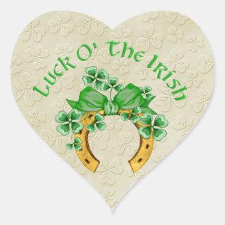 Herradura y tréboles irlandeses afortunados pegatina en forma de corazón