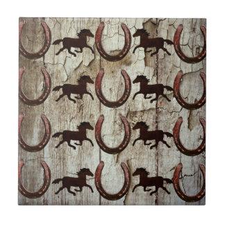 Herraduras de los caballos en los regalos de azulejo cuadrado pequeño