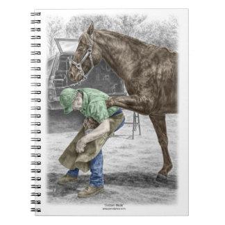 Herrero del herrador que calza el caballo libreta espiral
