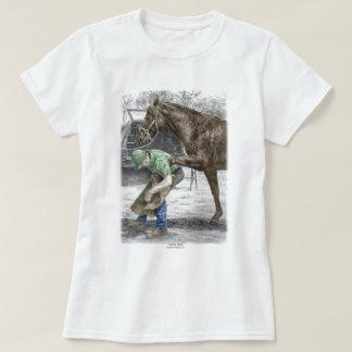 Herrero del herrador que calza el caballo playera