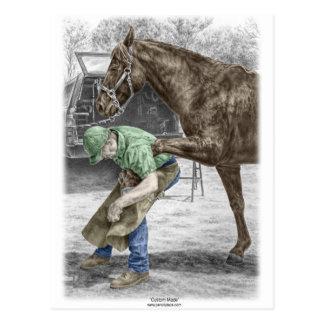 Herrero del herrador que calza el caballo postales
