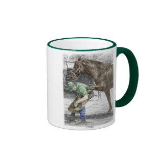 Herrero del herrador que calza el caballo taza