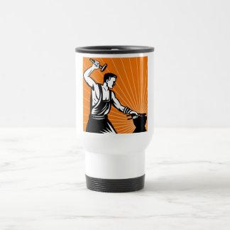 Herrero en el trabajo que maneja un martillo taza de café