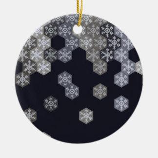 Hexágonos azules y grises helados del copo de adorno navideño redondo de cerámica
