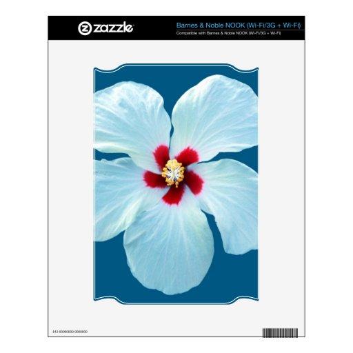 Hibisco blanco hermoso en azul calcomanía para el NOOK