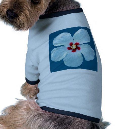 Hibisco blanco hermoso en azul camiseta con mangas para perro