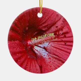 Hibisco rojo con las gotas de agua adorno navideño redondo de cerámica
