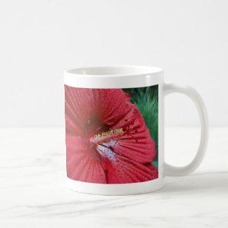 Hibisco rojo con las gotas de agua taza básica blanca